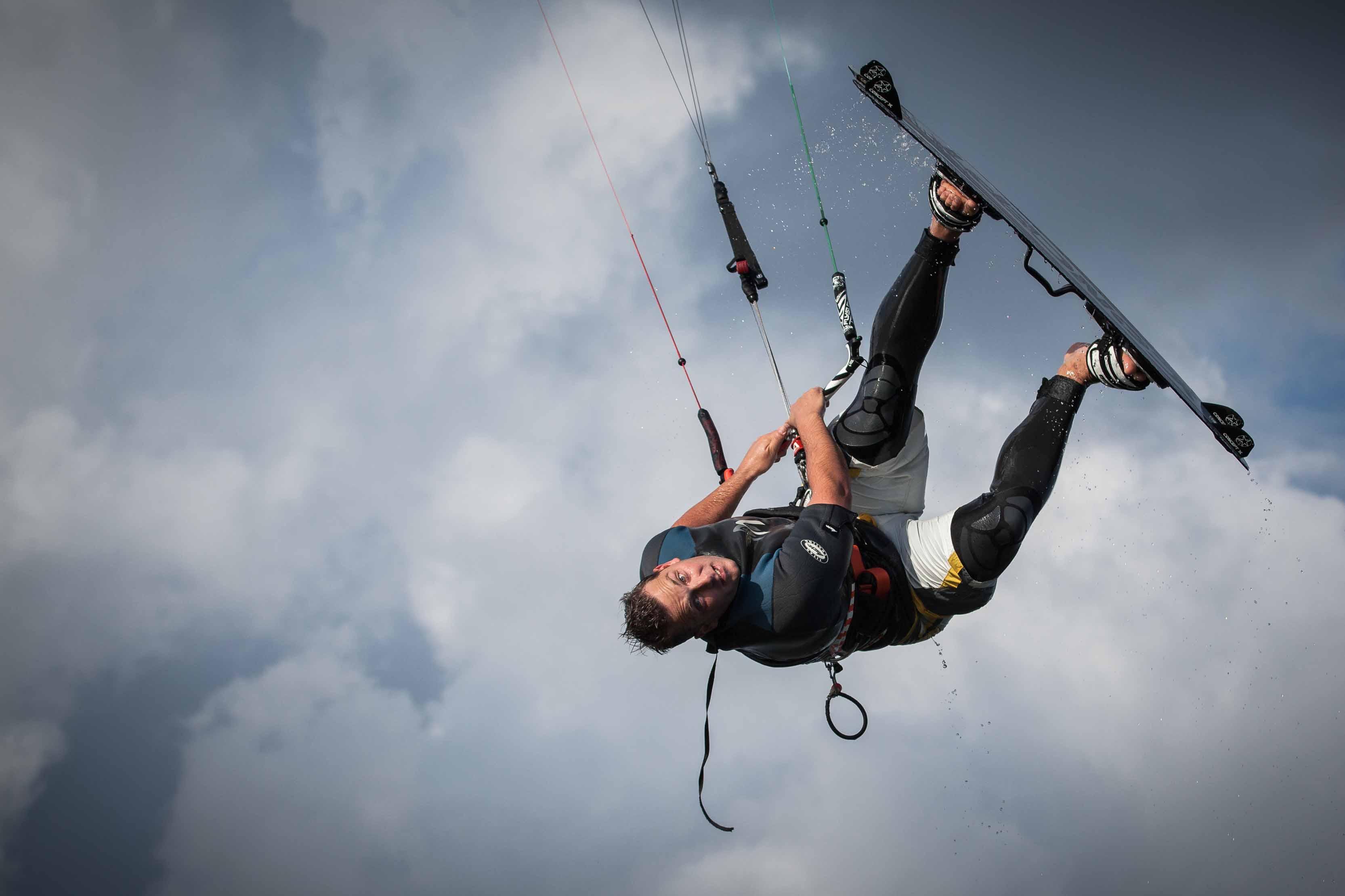 LOS-Kai bei seinem Ausgleichssport dem Kitesurfen.
